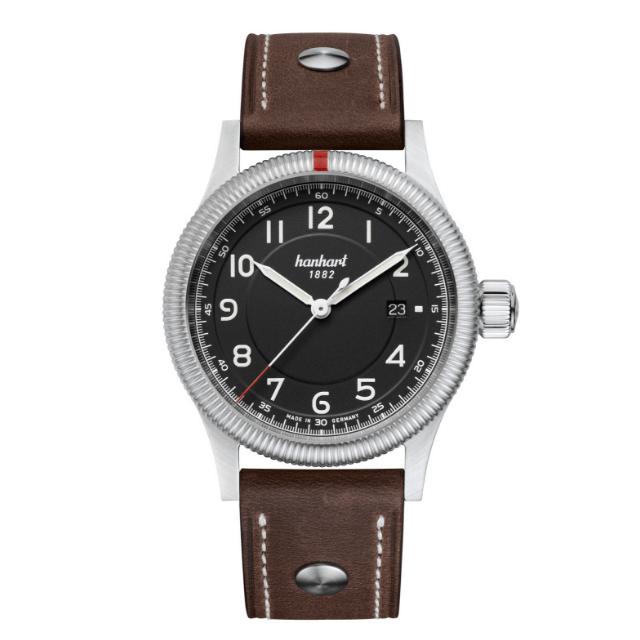 Hanhart Pioneer One 762.210-0010: Vorderseite der Uhr in schwarz aus Edelstahl mit weißen und silbernen Zeigern und braunem Lederarmband