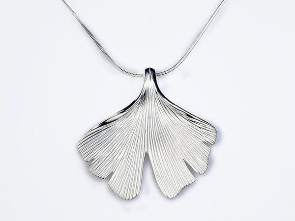 Ein Ginkgo Schmuck Anhänger in Silber