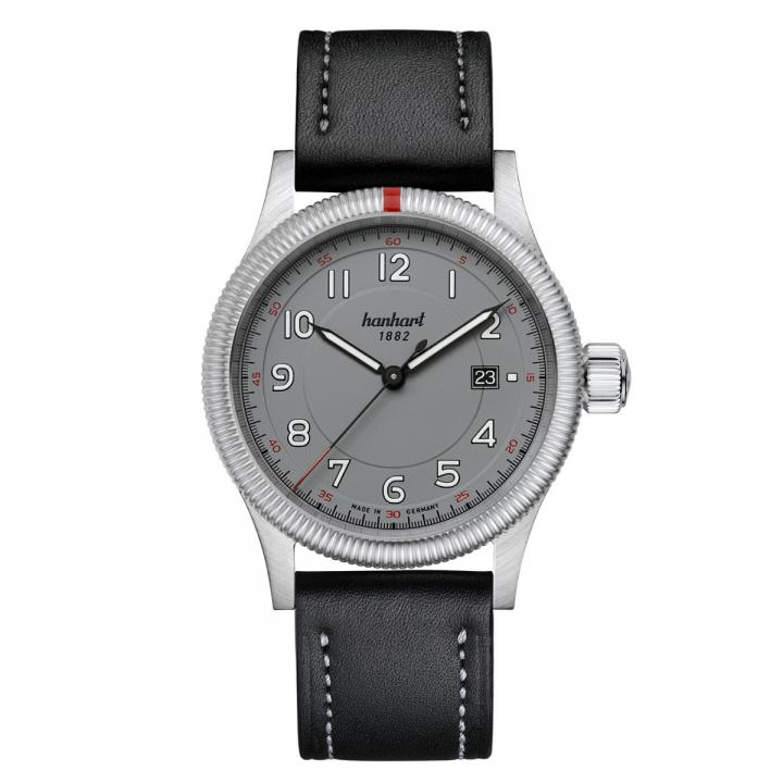 Hanhart Pioneer One Grey 762.240-7012: Vorderseite der Uhr in grau aus Edelstahl mit weißen und schwarzen Zeigern und schwarzem Lederarmband