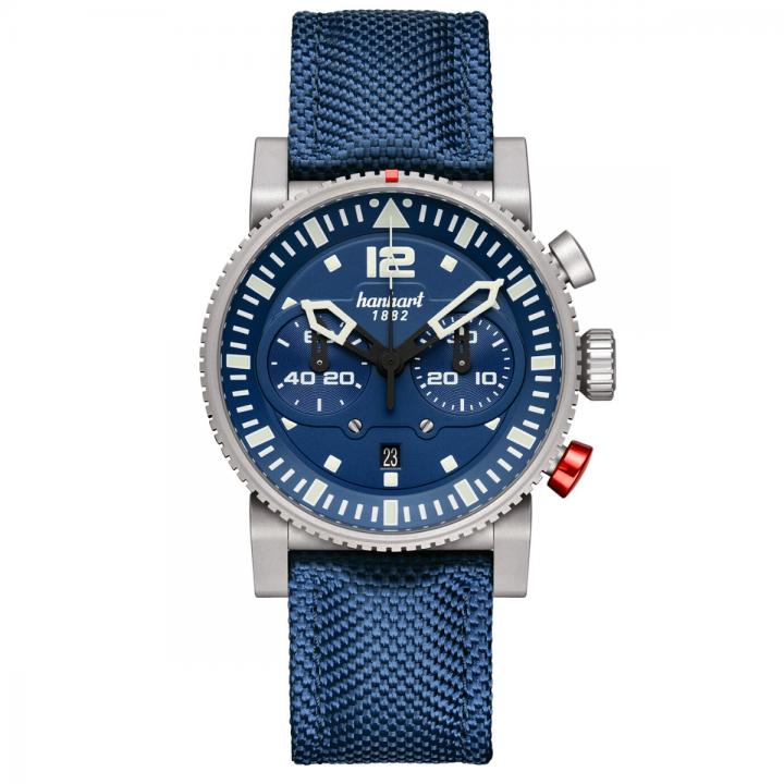 Hanhart Primus Carrier Pilot 740.271-3320: Vorderseite des Chronograph in blau aus Edelstahl mit weißen Zeigern und blauem Textilarmband