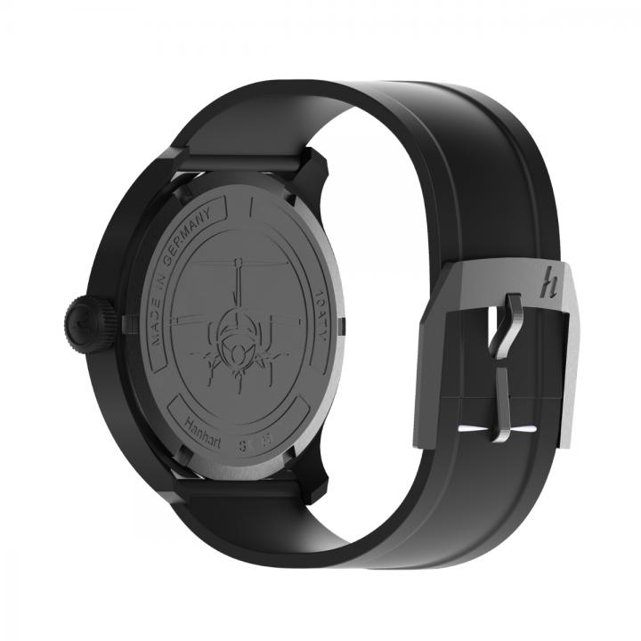 Hanhart S-Serie: Rückseite der Uhr in schwarz aus Edelstahl mit Gehäuseboden mit Gravur und schwarzem Kautschuk-Armband