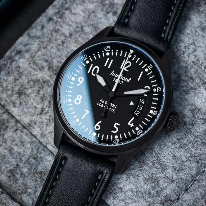 Hanhart S-Serie S 105 OE: Ambiente Ansicht der Uhr in schwarz aus Edelstahl mit weißen Zeigern und schwarzem Lederarmband